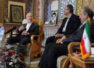 Joel C. Hunter im Gespräch mit dem Gouverneur von Isfahan. Foto The Clarion Project)