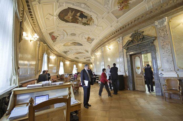 """""""Bundeshaus Wandelhalle"""" von Bundesparlamentsdienst. Über Wikimedia Commons"""