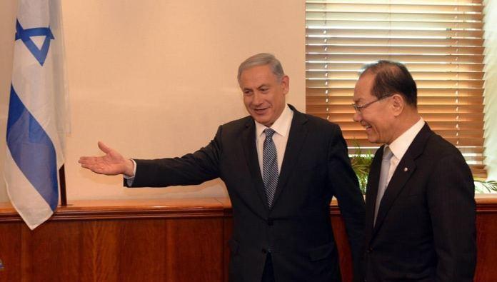 Israels Premierminister Benjamin Netanyahu mit dem Stellvertretenden Premier- und Bildungsminister Südkoreas, Hwang Woo-yea,