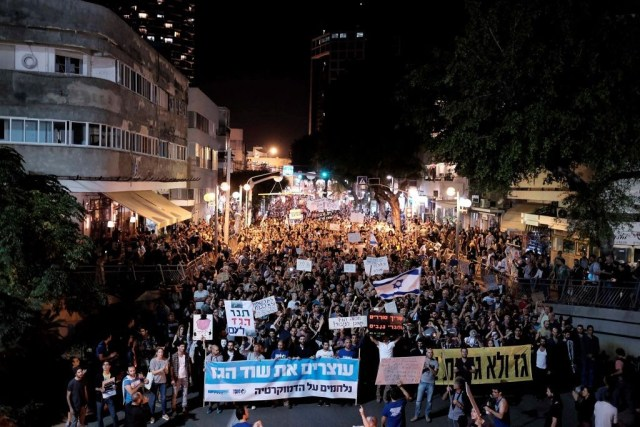Tausende Israelis protestierten gegen den Gasdeal im Zentrum von Tel Aviv am 14. November 2015. Foto Tomer Neuberg/Flash90