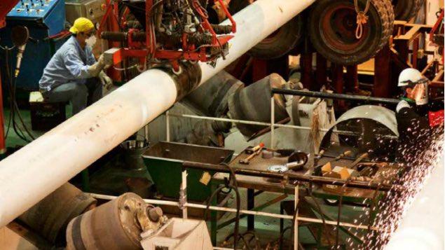 Leitungsrohre und Hochdruckleitungen die das unter Druck stehende Gas auf dem Meeresboden befördern, werden vor der Verlegung ins Meer verschweisst. Foto Noble Energy