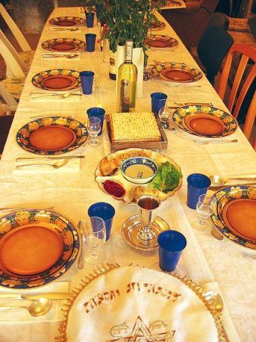 Festlicher Seder-Tisch mit Wein, Mazza und Seder Platte.Foto Gilabrand CC BY 2.5