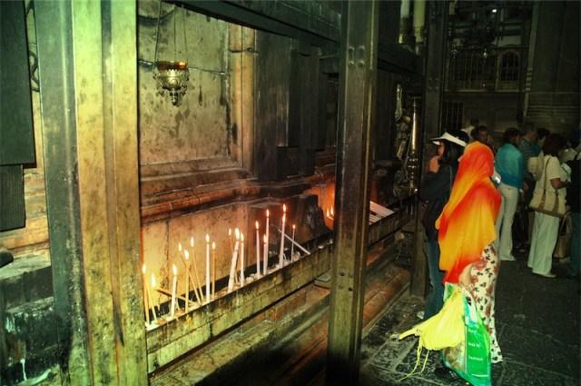 Eisenträger am Grab als Kerzenständer. Foto US