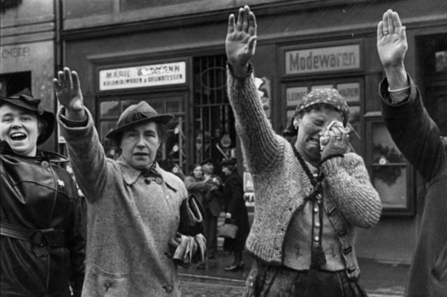 Zivilisten beim Einmarsch deutscher Truppen in Eger, Tschechoslowakei 1938. Foto Von Bundesarchiv, Bild 183-H13160 / Unbekannt / CC BY-SA 3.0 de, Wikimedia Commons.
