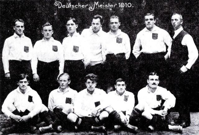 Julius Hirsch (unten, zweiter von rechts) mit der Meistermannschaft des KFV 1910.. Foto PD