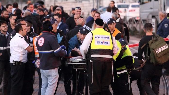 Magen David Adom Sanitäter transportieren einen verwundeten Terroristen ins Krankenhaus. Jerusalem am 4. Januar 2016. Foto Hillel Maeir/TPS