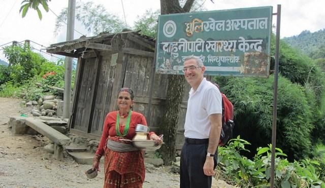 Prof. Yehuda Neumark von der School of Public Health weiht ein Projekt in Kathmandu ein. Foto zVg