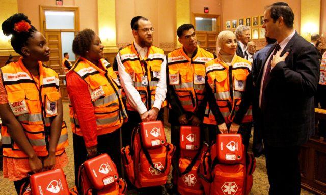 """Der Gründer von United Hatzalah Eli Beer mit der ersten Abschlussklasse von Freiwilligen """"First- Responders"""" in Jersey City, New Jersey. Foto Yadin Goldman"""