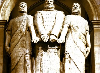 """""""Die drei Eidgenossen"""", eine Statue von James Vibert (eine weitere Bezeichnung lautet Rütligruppe). Sie steht in Bern und bildet den Mittelpunkt der Kuppelhalle des Bundeshauses. Foto Peter Mosimann, Wikimedia Commons."""