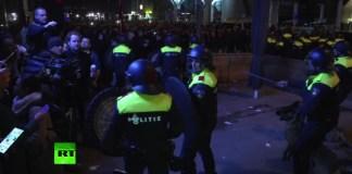Die niederländische Polizei in Rotterdam benutzte am 11. März 2017 Schlagstöcke, Hunde und Wasserwerfer um einen Aufruhr von Pro-Erdogan-Demonstranten zu kontrollieren. Foto RT Video Screenshot