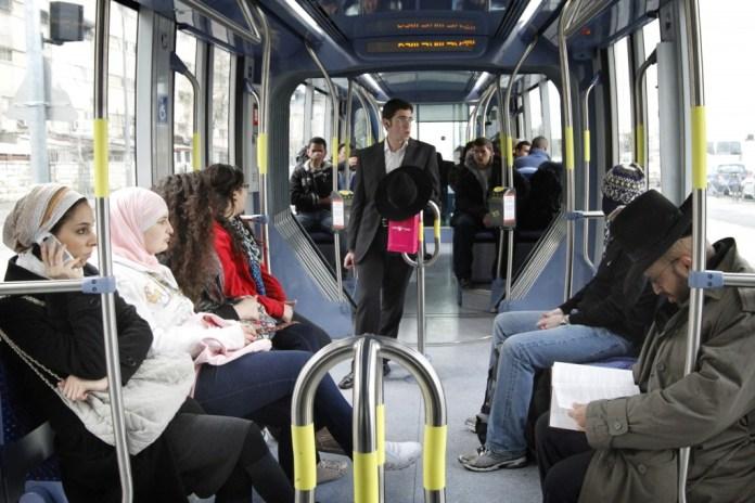 Araber und Juden in der Strassenbahn in Jerusalem. Foto Miriam Alster / Flash90