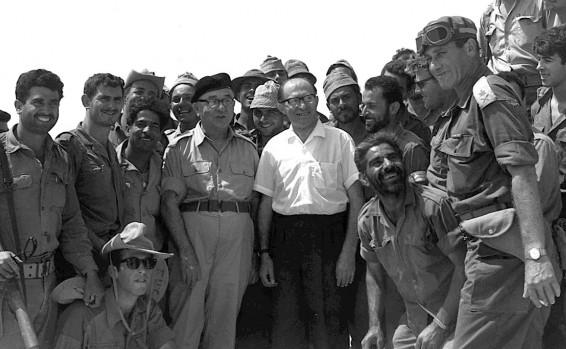 Menachem Begin (Mitte) mit Levi Eshkol 1967. Foto GPO Archiv