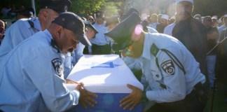 Israelische Polizeibeamte tragen den Sarg des israelischen Drusenpolizisten Kamil Shnaan während seiner Beerdigung im nördlichen Dorf Hurfeish am 14. Juli 2017. Haiel Sitawe und Kamil Shnaan, wurden am Freitag bei einem Attentat in der Nähe des Tempelbergs in Jerusalem getötet. Foto Basel Awidat / Flash90