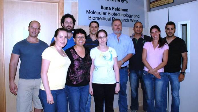 Professor Uri Nir (vierter von rechts) und sein Laborteam. Foto mit freundlicher Genehmigung der Bar-Ilan Universität.