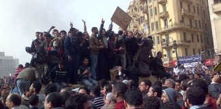 Foto Ramy Raoof - Flickr: Demonstrators on Army Truck in Tahrir Square, Cairo, CC BY 2.0, https://commons.wikimedia.org/w/index.php?curid=12851187