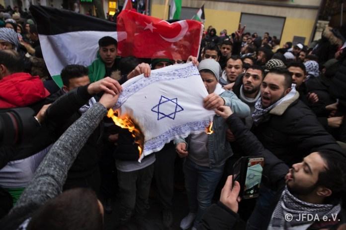 Demonstranten verbrennen Davidstern in Berlin. Foto Jüdisches Forum für Demokratie und gegen Antisemitismus e.V. (JFDA)
