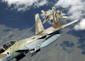 Zwei israelische F-15I Ra'am. Foto TSGT KEVIN J. GRUENWALD, USAF - http://www.dodmedia.osd.mil/Assets/Still/2007/Air_Force/DF-SD-07-08323.JPEG, Public Domain, https://commons.wikimedia.org/w/index.php?curid=2155384