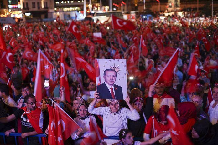 Demonstration von Unterstützern von Präsident Erdogan, Istanbul 22. Juli 2016. Foto Mstyslav Chernov, CC BY-SA 4.0, https://commons.wikimedia.org/w/index.php?curid=51156155