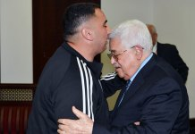 Der Präsident der Palästinensischen Autonomiebehörde, Mahmoud Abbas (r.), begrüsst Rajaei Haddad, der 20 Jahre in den israelischen Gefängnissen verbrachte, weil er an einem Terroranschlag von 1997 beteiligt war, bei dem Gabriel Hirschberg getötet wurde. Foto WAFA/Thaer Ghanaim