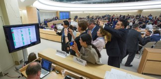 Journalisten fotografieren das Abstimmungsboard an der Sondersitzung des Menschenrechtsrates zum Traktandum 7 über Israel. Büro der Vereinten Nationen in Genf - 18. Mai 2018. UN-Foto / Elma Okic