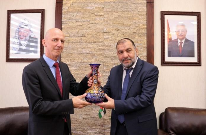 Der Schweizer Chef des Vertretungsbüros in Ramallah, Julien Thöni und Taysir Abu Sneine, der Bürgermeister der Stadt Hebron. Foto hebron-city.ps