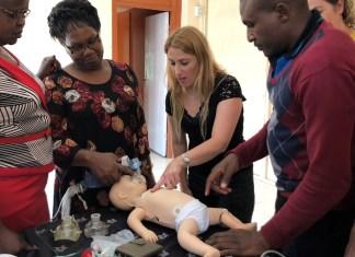 Schulungsleiterin Ravit Idelman vom Rambam Health Care Campus trainiert kenianisches Personal an einer Simulationspuppe. Foto zVg