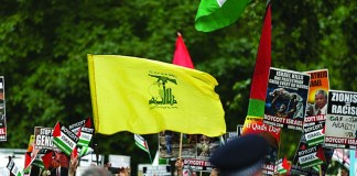 Eine Hisbollah-Flagge während einer Demonstration in London. Foto Steve Winston/ Jewish News.