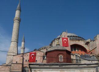 Hagia Sophia in Istanbul – die ehemals grösste Kirche der Welt wurde im 15. Jahrhundert in eine Moschee umgewandelt und in den 1930er-Jahren in ein Museum; nun will Präsident Erdogan sie wieder zu einer Moschee machen. Foto I, JoJan, CC BY-SA 3.0, https://commons.wikimedia.org/w/index.php?curid=2309025