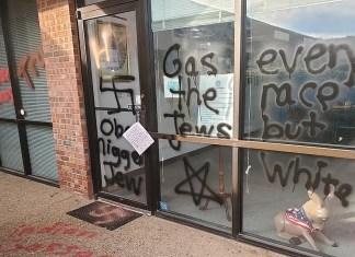 Antisemitische Graffitis die auf ein Gebäude in Oklahoma gesprüht wurden, 3. April 2019. Foto Facebook