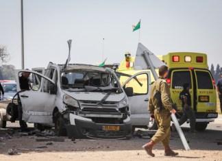 Der Schauplatz an dem am 5. Mai ein Auto von einer Rakete getroffen wurde, die aus dem Gazastreifen nahe der israelischen Grenze abgefeuert wurde. Foto Noam Rivkin Fenton/Flash90.