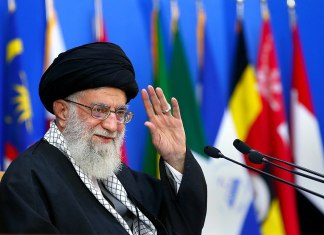 Ali Khamenei an der sechsten internationalen Konferenz zur Unterstützung der palästinensischen Intifada 2017 in Teheran. Foto Khamenei.ir - http://farsi.khamenei.ir/photo-album?id=35734, CC BY 4.0, https://commons.wikimedia.org/w/index.php?curid=61482676