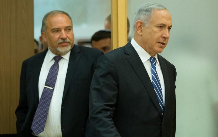 Premierminister Benjamin Netanyahu (rechts) und Israels damals neuer Verteidigungsminister Avigdor Lieberman treffen am 30. Mai 2016 zu einer gemeinsamen Pressekonferenz in der Knesset ein. Foto Yonatan Sindel/Flash90