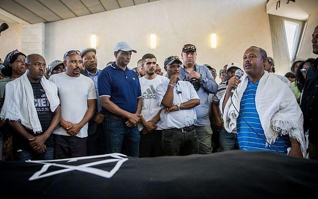 Familie und Freunde trauern während der Beerdigung von Solomon Tekah in Kiryat Haim am 2. Juli 2019. Foto Yonatan Sindel/Flash90