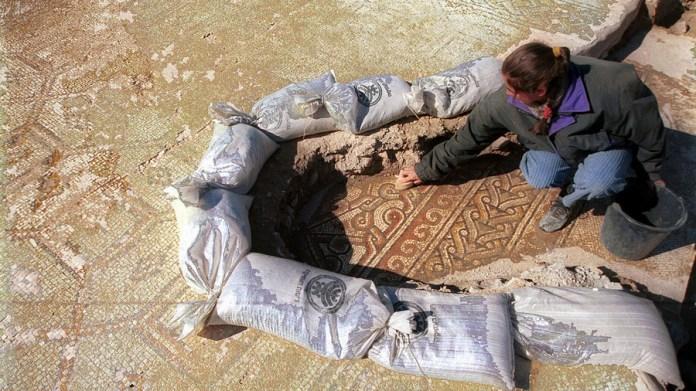 Eine israelische Archäologin legt 2017 die Mosaiken frei. Foto U. Sahm