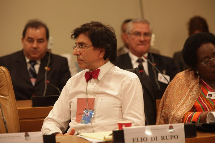 Elio Di Rupo bei einer Sitzung des Präsidiums der Sozialistischen Internationale. Foto ΠΑΣΟΚ - originally posted to Flickr as Συνεδρίαση του Προεδρείου της Σοσιαλιστικής Διεθνούς, CC BY-SA 2.0, https://commons.wikimedia.org/w/index.php?curid=7952928