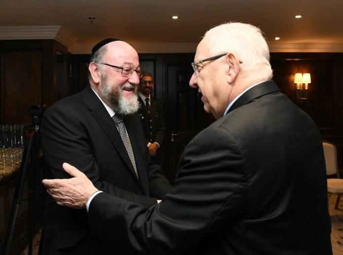 """Der israelische Präsident Reuven Rivlin lobt die """"klare Haltung"""" des britischen Oberrabbiners Ephraim Mirvis gegenüber dem Vorsitzenden der Labour Party, Jeremy Corbyn. Foto Twitter / PresidentRuvi"""