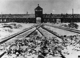 Torhaus des KZ Auschwitz-Birkenau, Aufnahme kurz nach der Befreiung 1945. Foto Bundesarchiv, B 285 Bild-04413 / Stanislaw Mucha / CC-BY-SA 3.0, CC BY-SA 3.0 de, https://commons.wikimedia.org/w/index.php?curid=5337694