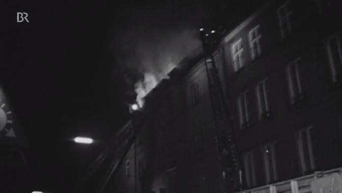 Am 13. Februar 1970 brannte in München eine jüdisches Altenheim. Es war ein Anschlag. Sieben Hausbewohner starben, zwei davon waren Überlebende des NS-Terrors. Bis heute gilt die Tat als nicht aufgeklärt. Foto Screenshot Youtube / Bayerischer Rundfunk