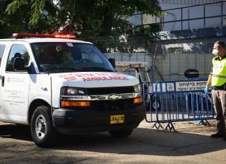 Ein Krankenwagen mit einem Israeli der positiv auf das Coronavirus getestet wurde trifft am 27. Februar 2020 im Tel Hashomer Krankenhaus ein (Flash 90). Foto Flash90.