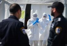 Mitglieder des medizinischen Teams von Magen David Adom nehmen Coronavirus-Testproben in Tel Aviv am 22. März 2020. Foto Flash90