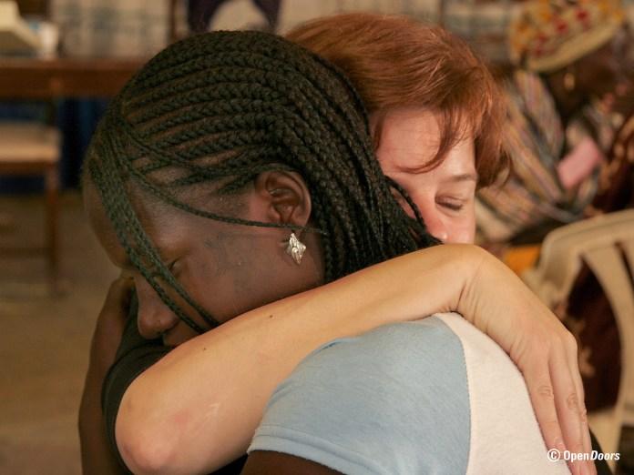 Die Christin Jamila Noma aus Nigeria erfährt bei einem Seminar von Open Doors für Frauen Trost und Unterstützung. Foto obs/Open Doors Deutschland e.V.