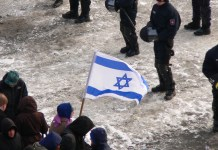 Zeigen einer Israelflagge bei einer Demonstration, 2013. Foto Fatelessfear, CC BY-SA 3.0, https://commons.wikimedia.org/w/index.php?curid=27467260