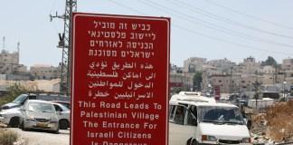 Ein Strassenschild in der Nähe der palästinensischen Stadt Anata in der Nähe von Jerusalem, warnt Israelis davor, die Stadt zu betreten. Foto Esty Dziubov/TPS