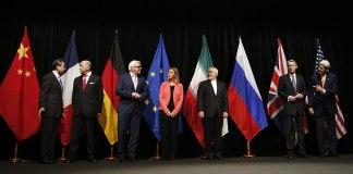 Einigung in Wien. Von links nach rechts: Die Aussenminister/Staatssekretäre Wang Yi (China), Laurent Fabius (Frankreich), Frank-Walter Steinmeier (Deutschland), Federica Mogherini (EU), Mohammad Javad Zarif (Iran), Philip Hammond (Grossbritannien), John Kerry (USA). Foto Bundesministerium für Europa, Integration und Äusseres - Iran Talks, CC BY 2.0, https://commons.wikimedia.org/w/index.php?curid=41591579