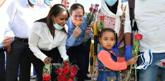 Pnina Tamano-Shata und Isaac Herzog begrüssen die äthiopischen Neueinwanderer. Foto Shlomi Amsallem.