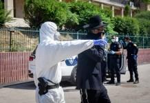 Les policiers israéliens retirent les hommes ultra-orthodoxes de la yeshiva de Ponevezh à Bnei Brak, dans le cadre d'un effort pour imposer un verrouillage afin d'empêcher la propagation du coronavirus le 2 avril 2020. Foto Flash90