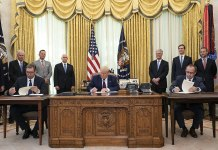 Präsident Donald J. Trump nimmt an der Unterzeichnungszeremonie mit dem serbischen Präsidenten Aleksandar Vučić und dem kosovarischen Premierminister Avdullah Hoti am Freitag, 4. September 2020, im Oval Office des Weissen Hauses teil. Foto The White House, Washington, DC , Public Domain, https://commons.wikimedia.org/w/index.php?curid=93843240