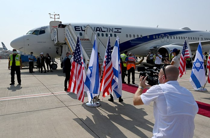 The first direct El-Al flight to the United Arab Emirates departs Ben Gurion Airport, August 31, 2020. NSA Robert O'Brien, Senior Advisor Jared Kushner and delegation of Israeli officials headed by NSA Meir Ben-Shabbat travel to Abu-Dhabi to advance the Abraham Accord. Foto U.S. Embassy Jerusalem - DSC_7244ZS, CC BY 2.0, https://commons.wikimedia.org/w/index.php?curid=93780226