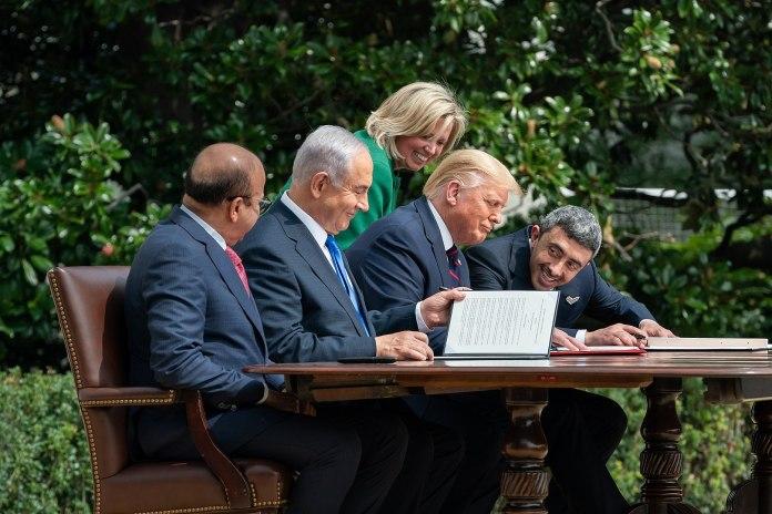 US-Präsident Donald J. Trump, der Aussenminister von Bahrain, Dr. Abdullatif bin Rashid Al-Zayani, der israelische Premierminister Benjamin Netanyahu und der Aussenminister der Vereinigten Arabischen Emirate, Abdullah bin Zayed Al Nahyan, bei der Unterzeichnung der Abraham-Abkommen am Dienstag, 15. September 2020, im Weissen Haus. Foto The White House - https://www.flickr.com/photos/whitehouse/50346837712/, CC BY-SA 4.0, https://commons.wikimedia.org/w/index.php?curid=94140104