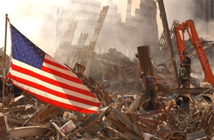 New York, NY, 17. September 2001 -- Die städtischen Such- und Rettungsteams der FEMA an der Beseitigung von Trümmern und der Suche nach Überlebenden am World Trade Center. Foto Andrea Booher/ FEMA